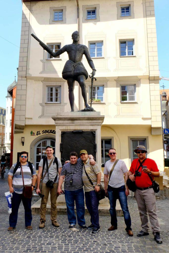 Дон Хуан Австрийский стоит на отрубленной голове, в одной руке толедо, в другой шпага.